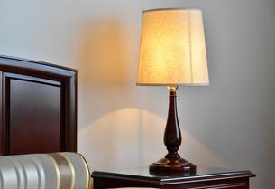ベッドサイドの電気スタンドの写真素材 [FYI00891606]