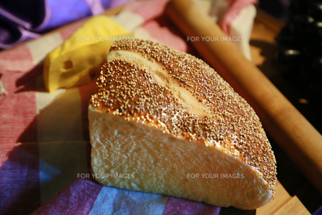 テーブルの上の切られたパンの写真素材 [FYI00891609]