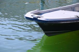 晴れた日の海面に浮かぶボートの写真素材 [FYI00891611]