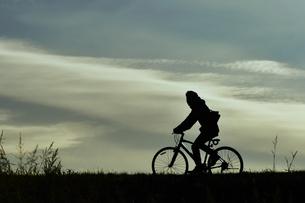 土手を走る自転車の写真素材 [FYI00891691]