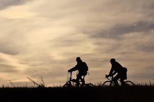 土手を走る自転車の写真素材 [FYI00891692]