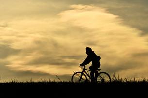 土手を走る自転車の写真素材 [FYI00891693]