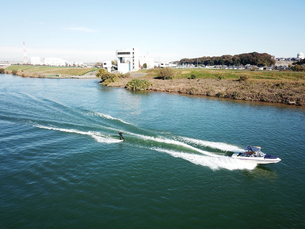 江戸川でのウェイクボードの写真素材 [FYI00891784]