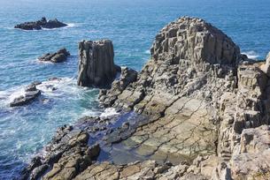 日本海の青い海と東尋坊の断崖の写真素材 [FYI00892057]