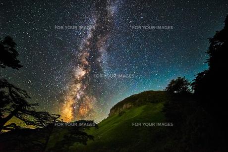 山陰地方の天の川の写真素材 [FYI00892123]