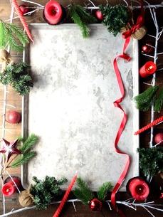 赤いクリスマス飾りとモミの枝と銀色のトレー フレームの写真素材 [FYI00892379]