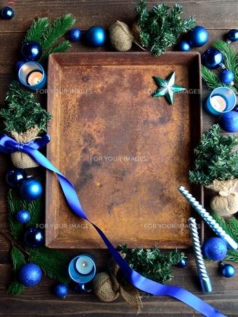 ブルー系のクリスマス飾りと錆びたトレーの写真素材 [FYI00892381]