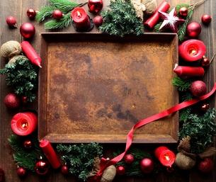 赤いクリスマス飾りと錆びたトレーの写真素材 [FYI00892382]