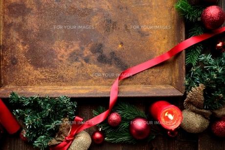 赤いクリスマス飾りと錆びたトレーの写真素材 [FYI00892383]