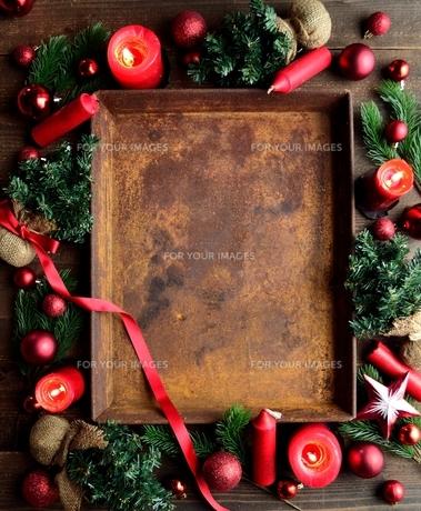 赤いクリスマス飾りと錆びたトレーの写真素材 [FYI00892384]