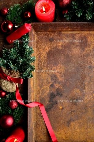 赤いクリスマス飾りと錆びたトレーの写真素材 [FYI00892385]