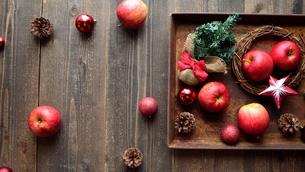 赤い林檎とクリスマス飾りと錆びたトレーの写真素材 [FYI00892392]