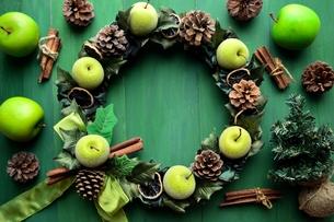 青りんごのクリスマスリース グリーン背景の写真素材 [FYI00892415]