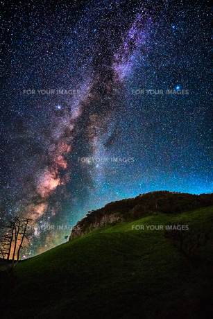船上山と天の川の写真素材 [FYI00892513]