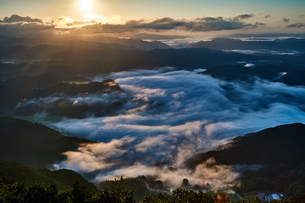 雲海に注ぐ朝陽の写真素材 [FYI00892516]