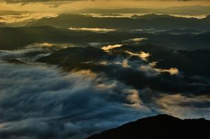 明暗の雲海の写真素材 [FYI00892517]