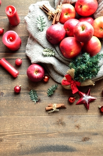 林檎とミニクリスマスツリーの写真素材 [FYI00892569]