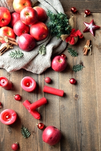 林檎とミニクリスマスツリーの写真素材 [FYI00892581]