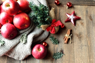 林檎とミニクリスマスツリーの写真素材 [FYI00892587]