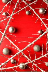白い枯枝と銀色のクリスマスオーナメントボール 赤木材背景の写真素材 [FYI00892637]