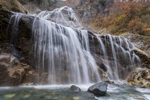 紅葉の姥ヶ滝の写真素材 [FYI00892646]