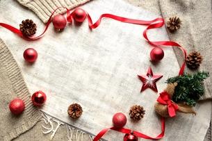 ミニクリスマスツリーと赤いオーナメントとニット生地の写真素材 [FYI00892649]