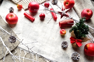 クリスマスツリーと赤い林檎とキャンドルの写真素材 [FYI00892654]