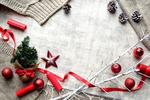 ミニクリスマスツリーと赤いオーナメントとニット生地の写真素材 [FYI00892660]