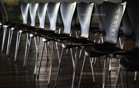 並べられた多くの黒い椅子の写真素材 [FYI00892725]