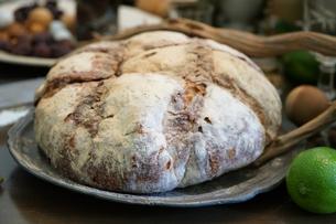 皿の上の丸いパンの写真素材 [FYI00892727]