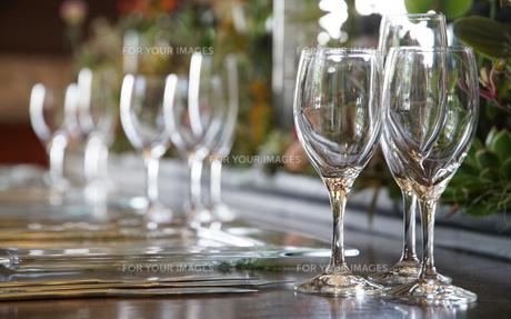 テーブルの上のたくさんのワイングラスの写真素材 [FYI00892731]
