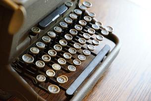 机の上の古いタイプライターの写真素材 [FYI00892733]