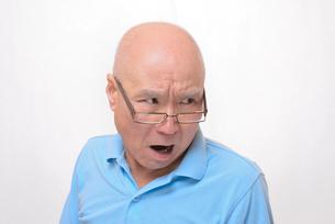 老眼鏡をかけた怒り顔のシニアの写真素材 [FYI00892854]