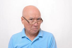 老眼鏡をかけた怒り顔のシニアの写真素材 [FYI00892855]