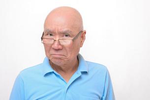 老眼鏡をかけた怒り顔のシニアの写真素材 [FYI00892857]