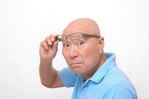 老眼鏡をかけた怒り顔のシニアの写真素材 [FYI00892858]