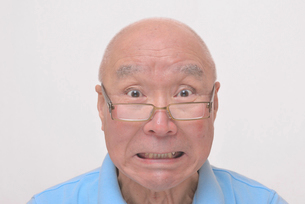 老眼鏡をかけた怒り顔のシニアの写真素材 [FYI00892859]