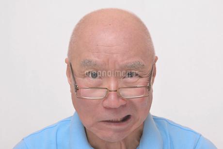 老眼鏡をかけた怒り顔のシニアの写真素材 [FYI00892860]