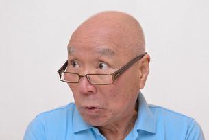 老眼鏡をかけた怒り顔のシニアの写真素材 [FYI00892862]