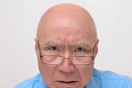 老眼鏡をかけた怒り顔のシニアの写真素材 [FYI00892864]