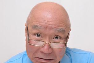 老眼鏡をかけた怒り顔のシニアの写真素材 [FYI00892865]