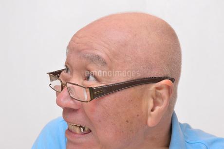老眼鏡をかけた怒り顔のシニアの写真素材 [FYI00892866]