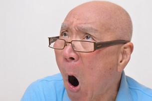 老眼鏡をかけた怒り顔のシニアの写真素材 [FYI00892867]