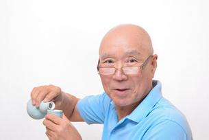 笑顔で日本酒を飲むシニアの写真素材 [FYI00892891]