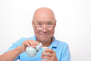 笑顔で日本酒を飲むシニアの写真素材 [FYI00892892]