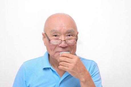 笑顔で日本酒を飲むシニアの写真素材 [FYI00892893]