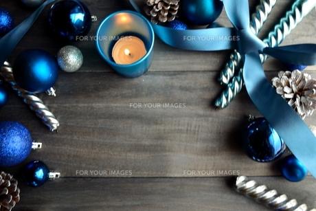 ブルーのクリスマス飾りとキャンドル の写真素材 [FYI00893167]