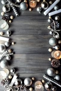 銀色のクリスマス飾りとキャンドル の写真素材 [FYI00893171]