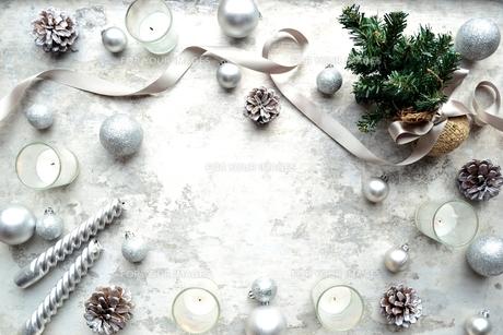 銀色のクリスマス飾りとクリスマスツリーの写真素材 [FYI00893186]