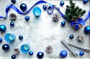 ブルーのクリスマス飾りとクリスマスツリーの写真素材 [FYI00893191]